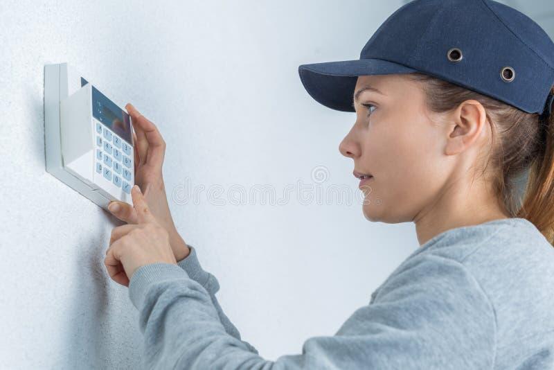 Tecnico femminile che seting sulla caldaia fotografie stock