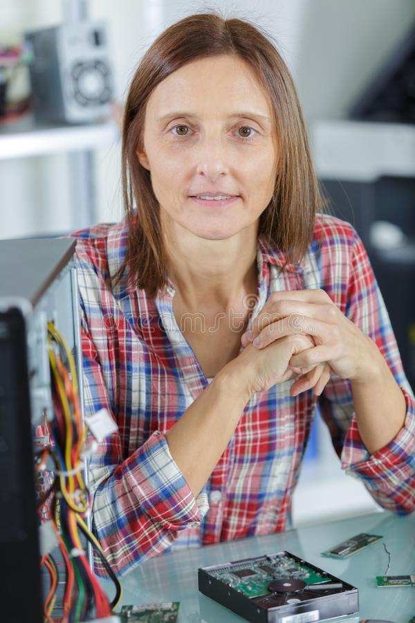 Tecnico femminile del pc che esamina macchina fotografica fotografia stock