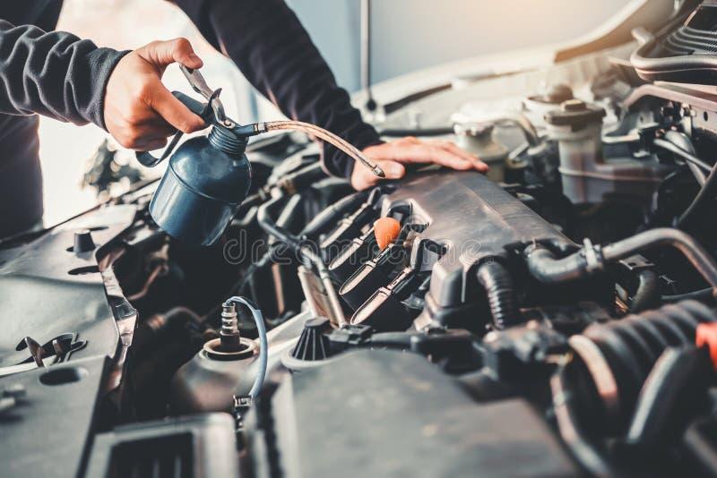 Tecnico Hands del meccanico di automobile che lavora in automobile di servizio e di manutenzione di riparazione automatica fotografia stock