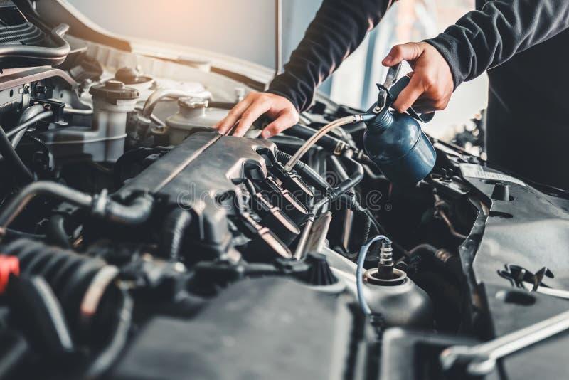 Tecnico Hands del meccanico di automobile che lavora in automobile di servizio e di manutenzione di riparazione automatica fotografie stock