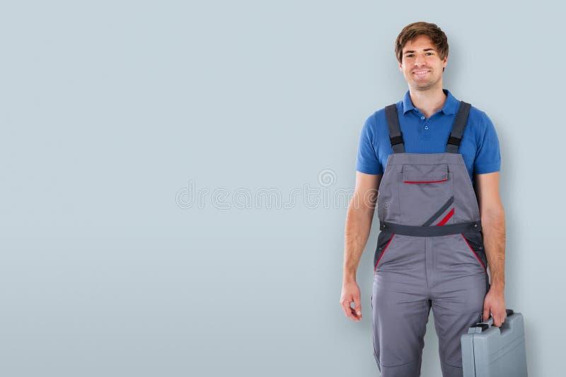 Tecnico maschio Holding Toolbox immagine stock libera da diritti