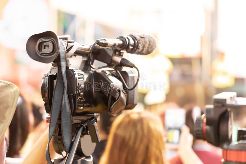 Tecnico professionale per le videocamere digitali Videografo con apparecchiatura per eventi fotografia stock libera da diritti