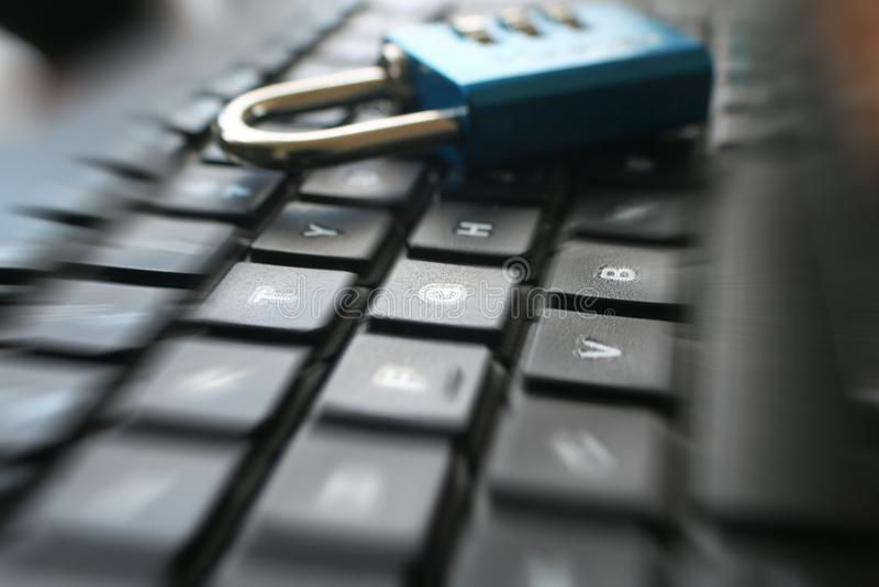 Tecnología de la información con la cerradura en el teclado de ordenador que representa la seguridad cibernética de alta calidad imagen de archivo