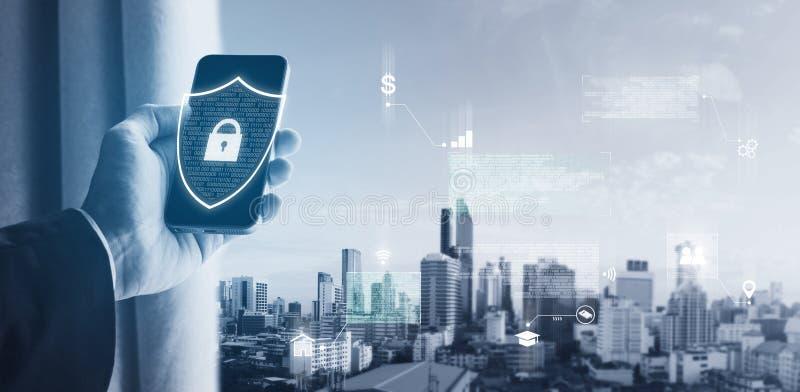 Tecnología de la seguridad de datos de usos del teléfono móvil y de la seguridad de Internet Hombre de negocios que desbloquea el foto de archivo libre de regalías