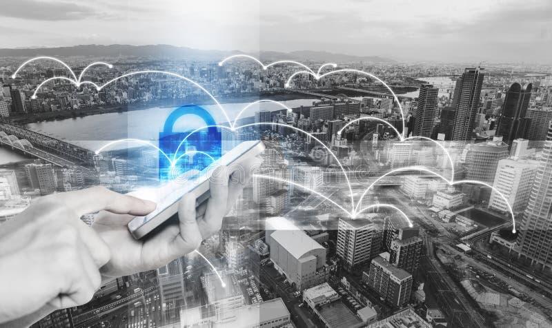 Tecnología de sistema de seguridad de la red y de Internet Mano usando el teléfono elegante móvil y la conexión en línea de la se ilustración del vector