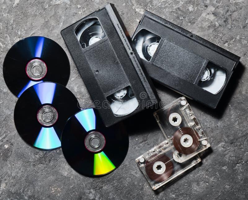 Tecnología del entretenimiento y de los medios a partir de los años 90 CD& x27; s, casetes audios, cintas de video en una superfi fotos de archivo libres de regalías