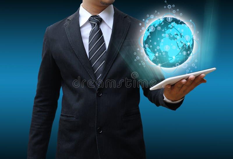 Tecnología del mundo de la tableta de la tenencia del hombre de negocios imágenes de archivo libres de regalías