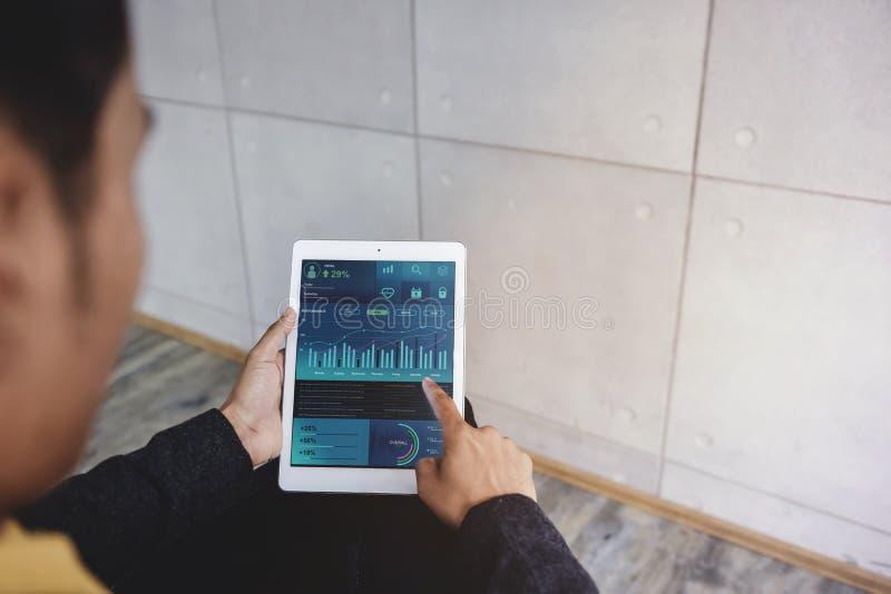 Tecnología en concepto del márketing de las finanzas y de negocio Los gráficos y las cartas muestran en la pantalla de la almohad fotos de archivo