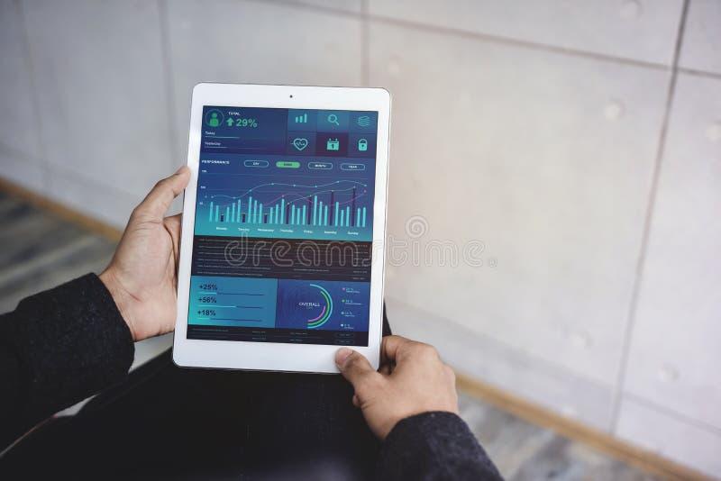 Tecnología en concepto del márketing de las finanzas y de negocio Los gráficos y las cartas muestran en la pantalla de la almohad imagen de archivo libre de regalías