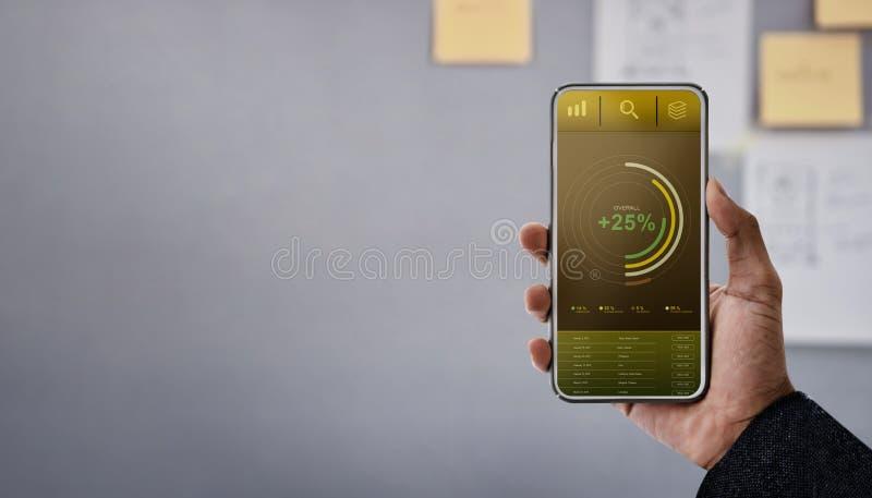 Tecnología en concepto del márketing de las finanzas y de negocio Los gráficos y las cartas muestran en la pantalla de Smartphone fotos de archivo
