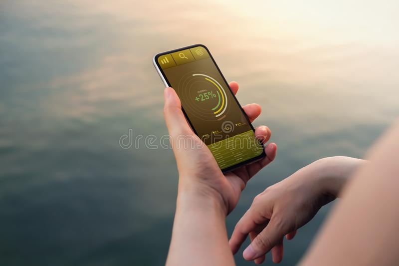 Tecnología en concepto del márketing de las finanzas y de negocio Los gráficos y las cartas muestran en la pantalla de Smartphone imagen de archivo libre de regalías