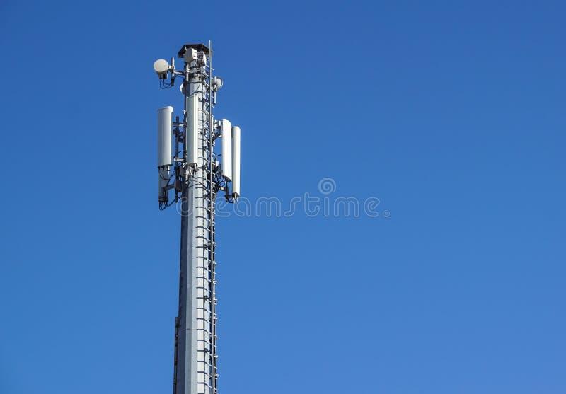 Tecnología en el top de la antena de la torre del G/M 4G de la telecomunicación, transmisor, cielo azul, nubes blancas fotografía de archivo