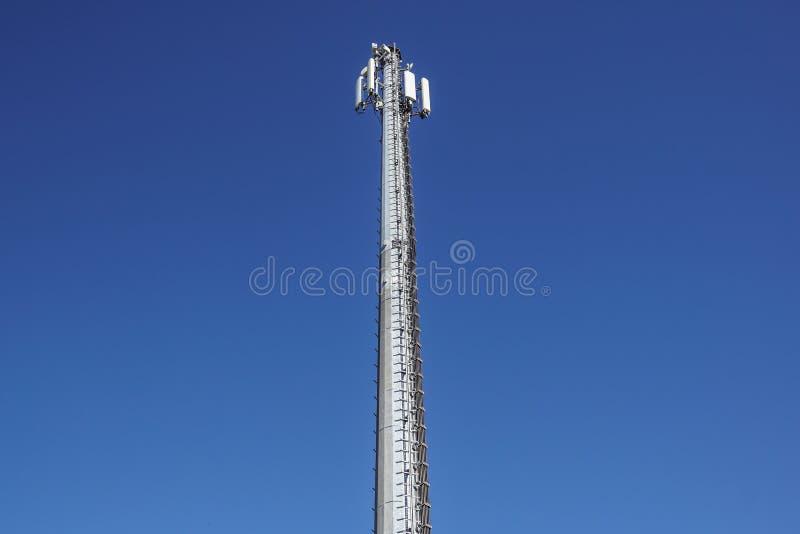 Tecnología en el top de la antena de la torre del G/M 4G de la telecomunicación, transmisor, cielo azul, nubes blancas foto de archivo libre de regalías