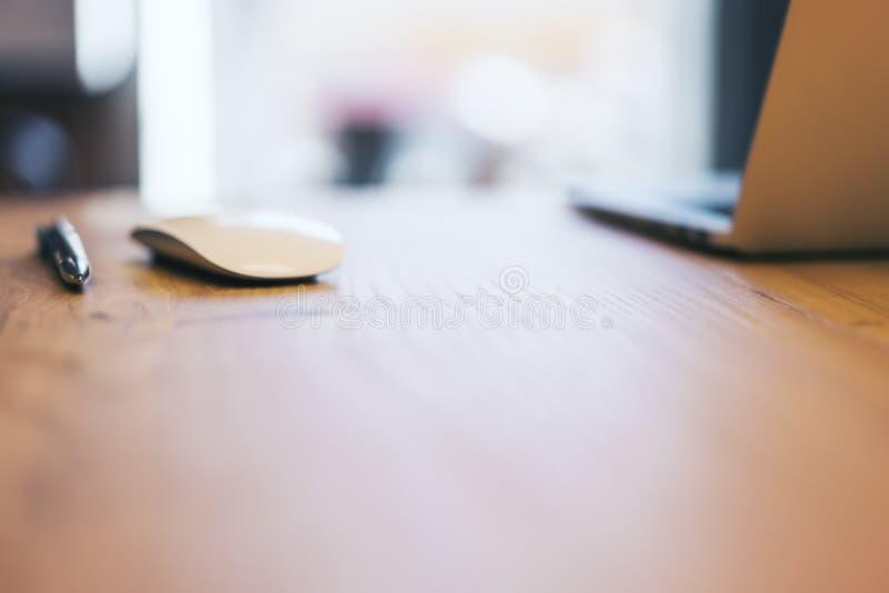 Tecnolog?a en la mesa de madera fotografía de archivo