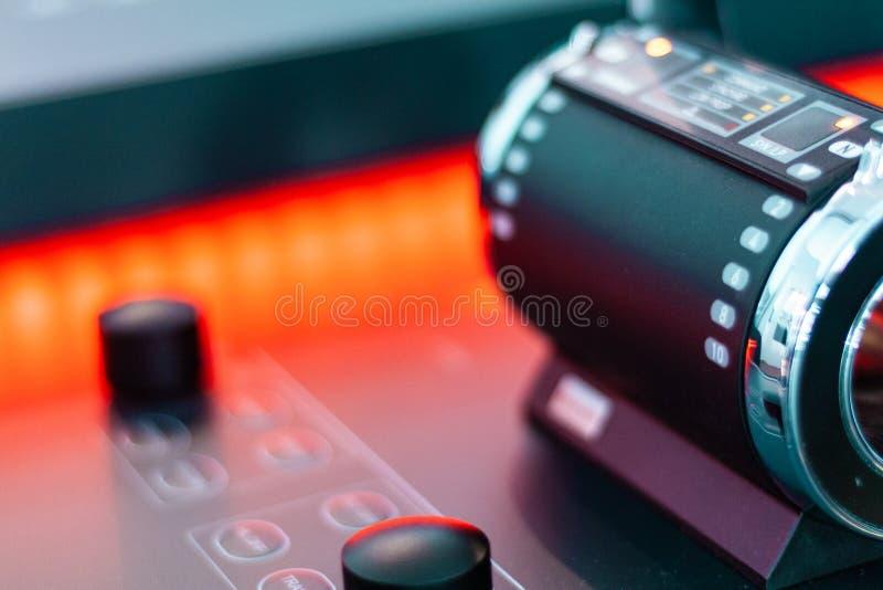 Tecnología futura, hologramas y paneles de control  Madera y luz, diseño del filo imágenes de archivo libres de regalías