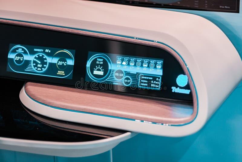 Tecnología futura, hologramas y paneles de control  Madera y luz, diseño del filo foto de archivo