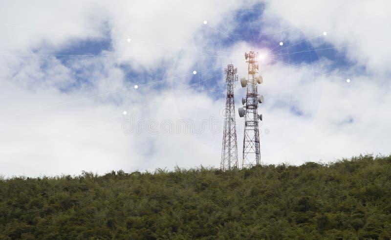 Tecnología inalámbrica de las antenas de TV del palo de la telecomunicación en una cumbre de la montaña verde, del cielo azul y d imágenes de archivo libres de regalías
