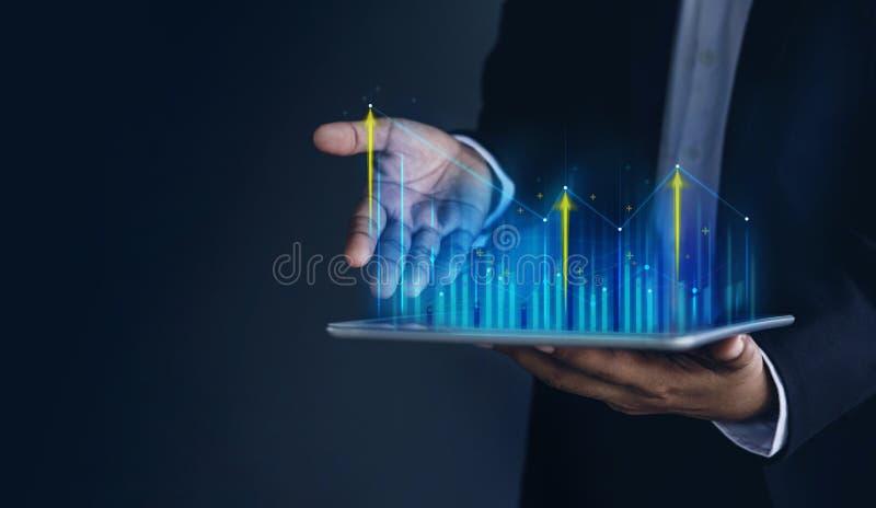 Tecnologia, alto profitto, mercato azionario, crescita di affari, concetto di piallatura di strategia Uomo d'affari nei grafici e fotografie stock libere da diritti
