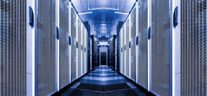 Tecnologia avanzata interna di telecomunicazione di Internet della stanza del server in centro dati File dei rackes con i superco immagini stock