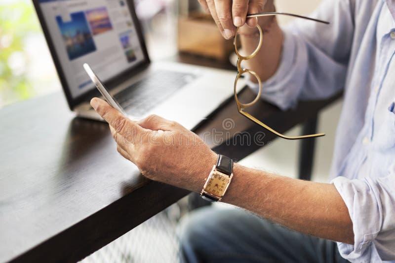 Tecnologia Conce del collegamento di comunicazione della caffetteria dell'uomo senior immagini stock libere da diritti