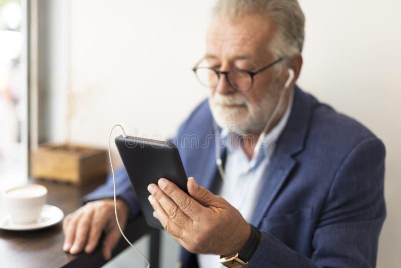Tecnologia Conce del collegamento di comunicazione della caffetteria dell'uomo senior immagine stock libera da diritti