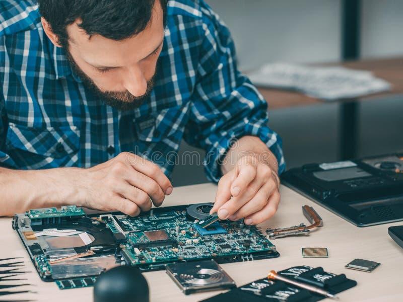 Tecnologia da elevação do reparo do processador central do técnico do computador imagem de stock royalty free