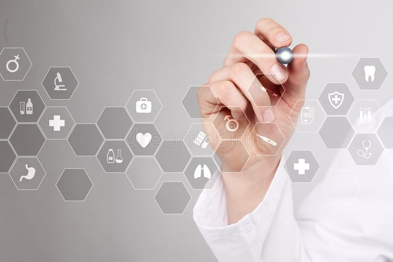 Tecnologia da medicina e conceito dos cuidados médicos Médico que trabalha com PC moderno Ícones na tela virtual foto de stock
