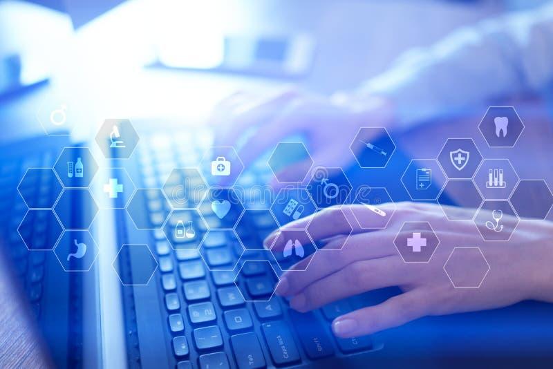 Tecnologia da medicina e conceito dos cuidados médicos Médico que trabalha com PC moderno Ícones na tela virtual imagem de stock