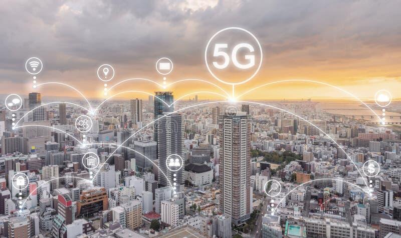 Tecnologia del collegamento di rete internet nella rete della città, di Internet 5g e media e icone dell'applicazione sociali fotografia stock
