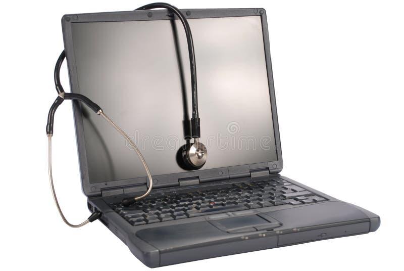 Tecnologia della medicina. computer portatile con lo stetoscopio immagine stock