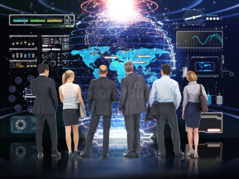 Tecnologia di affari Gruppo di affari globali che analizza e che discute con un fondo di schermo futuristico di tecnologia fotografia stock