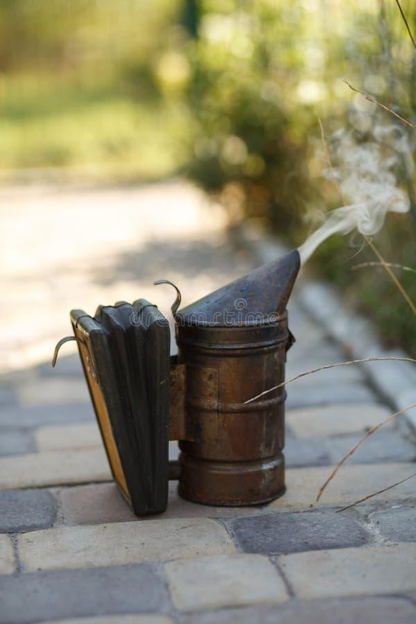 Tecnologia di fumigazione delle api Fumo d'ebbrezza per produzione sicura del miele fotografie stock libere da diritti