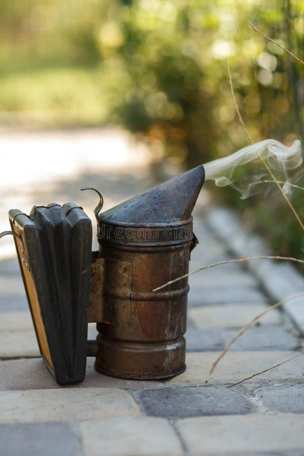 Tecnologia di fumigazione delle api Fumo d'ebbrezza per produzione sicura del miele immagine stock libera da diritti