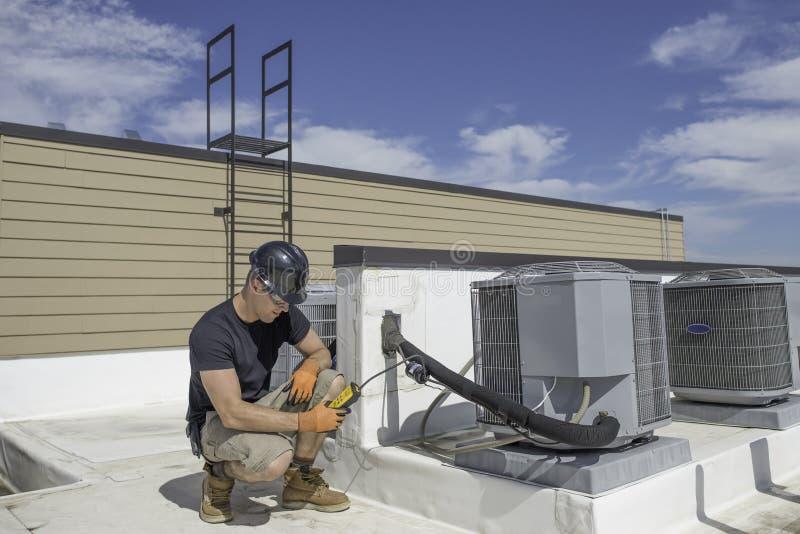 Tecnologia di HVAC con il rivelatore di perdita immagine stock