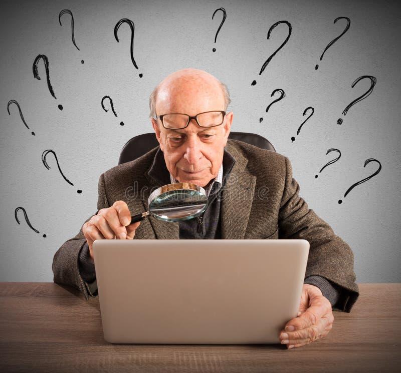 Tecnologia difficile per gli anziani di un uomo immagini stock libere da diritti
