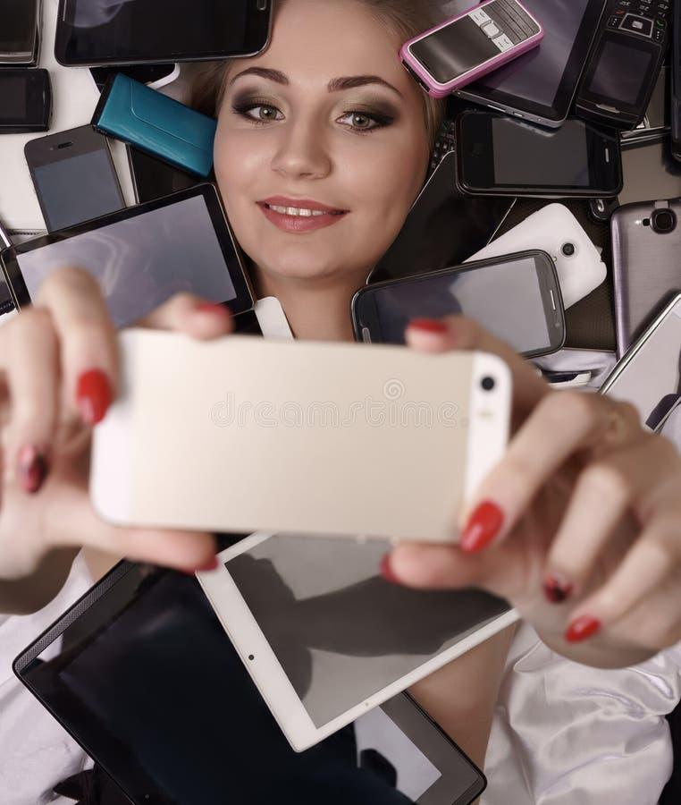 Tecnologia digitale come feticcio Ragazza che fa selfie fotografia stock