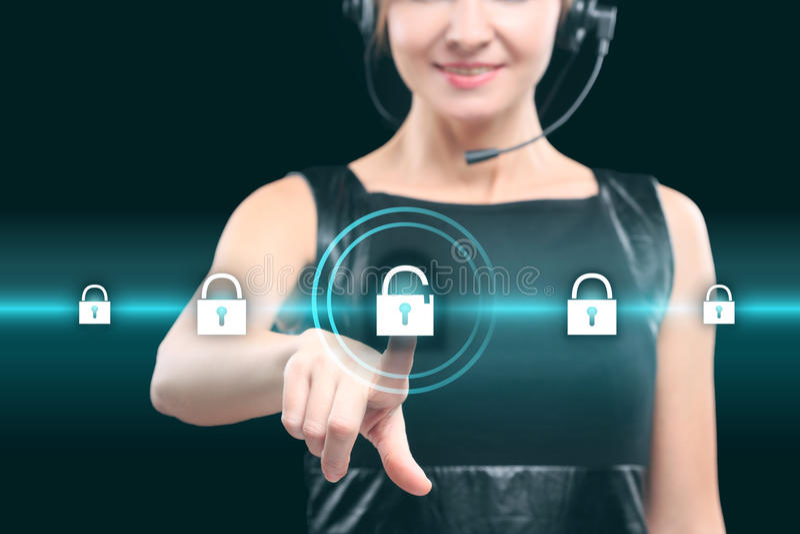 Tecnologia do negócio e conceito do Internet - botão ressing da mulher de negócios em telas virtuais fotografia de stock