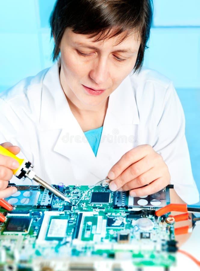 Repare reparos da tecnologia uma placa de circuito foto de stock