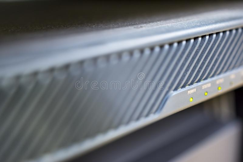 Tecnologia do servidor no dispositivo do guarda-fogo do datacenter com foco em piscar do botão do poder fotos de stock