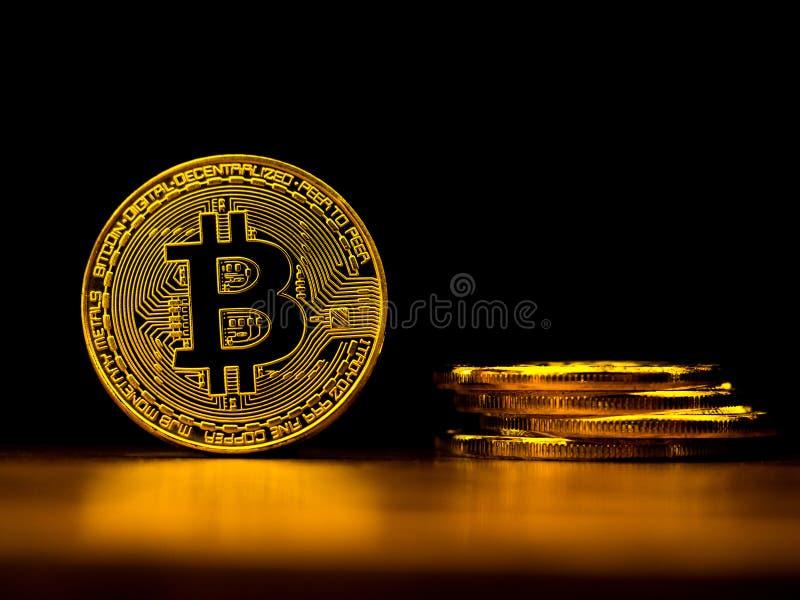 Tecnologia dorata di affari del trasferimento di denaro di attività bancarie di cryptocurrency del bitcoin con fondo nero Concett fotografie stock libere da diritti
