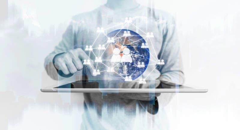 Tecnologia dos trabalhos em rede e de comunicação um homem que trabalha na tecnologia global digital da conexão da tabuleta e da  foto de stock royalty free