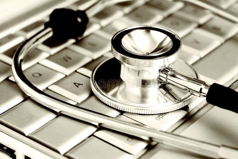 Tecnologia e medicina - stetoscopio d'argento sopra fotografia stock libera da diritti