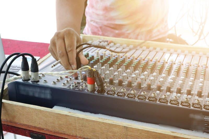Tecnologia e men& x27; as mãos de s são controle de tom vermelho, vários modos, compilação sadia foto de stock