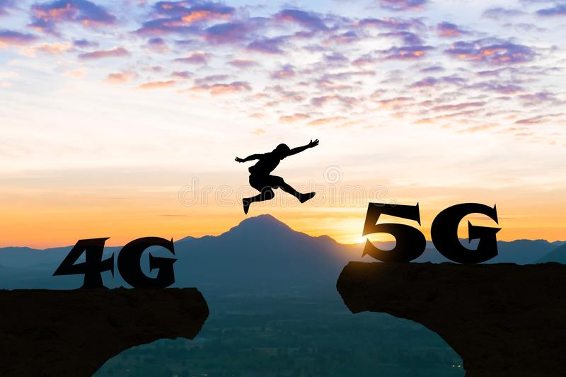 A tecnologia 4G aos homens 5G salta sobre a silhueta imagens de stock royalty free