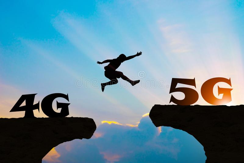 A tecnologia 4G vai aos homens 5G salta a silhueta imagem de stock