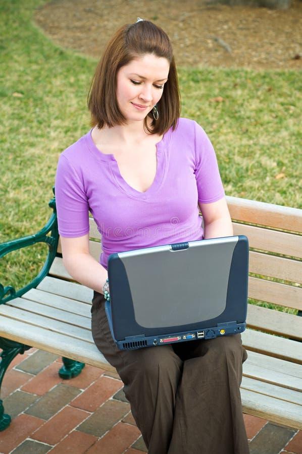 tecnologia graziosa w dell'allievo del computer portatile del Internet della ragazza immagine stock libera da diritti