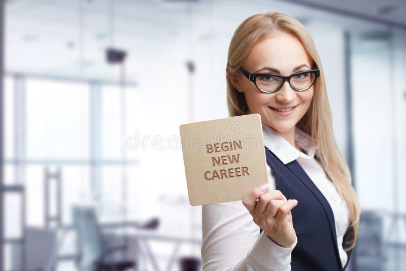 Tecnologia, Internet, affare e vendita Giovane donna di affari che scrive parola: cominci la nuova carriera immagini stock