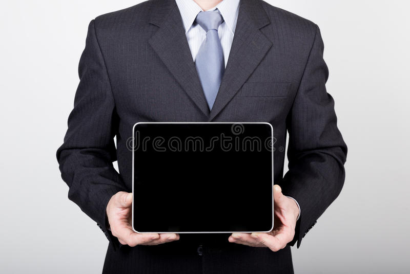 Tecnologia, Internet e rete nel concetto di affari - uomo d'affari che tiene un pc della compressa con lo schermo scuro in bianco immagine stock libera da diritti