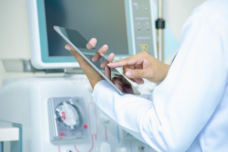 Tecnologia médica, doutor que usa a tabuleta digital com relação da tela imagem de stock