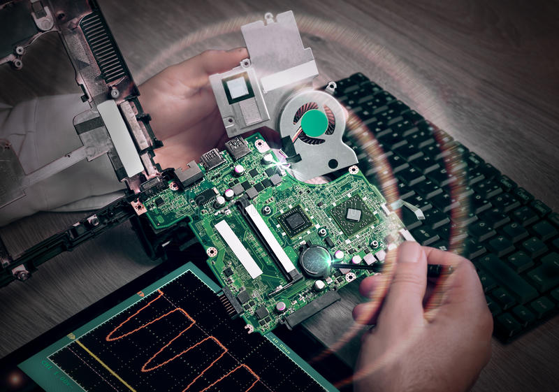 A tecnologia masculina fixa o cartão-matriz do portátil fotografia de stock royalty free